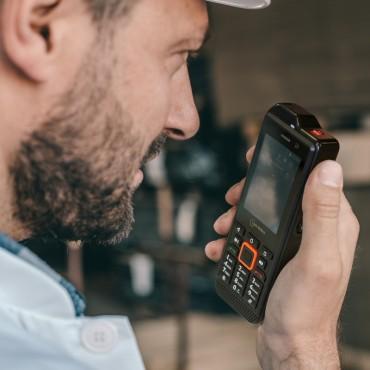 IS330.1 : Smartphone Android avec fonction Push-To-Talk, bouton SOS et compatible Vigicom® Smart DATI